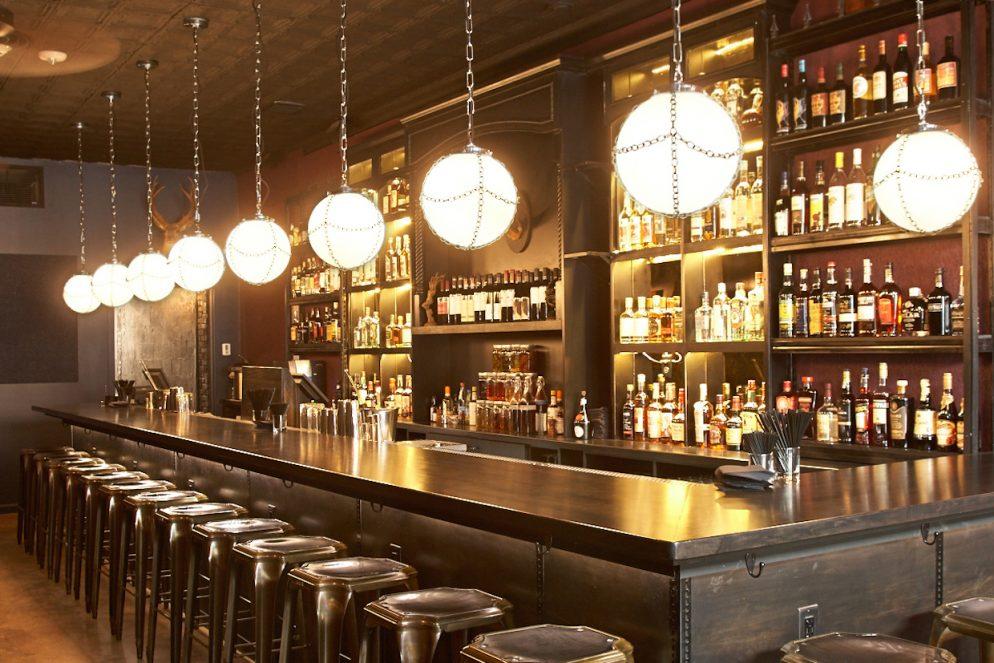 бар Hank's пустой бар барные стулья оригинальные круглые светильники лампы алкоголь на полках в заведении