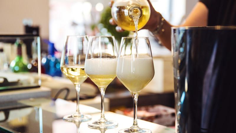 Традиция итальянского аперитива наливают три бокала игристого белого вина