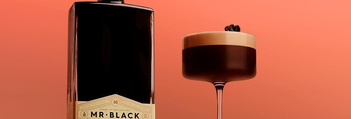 эспрессо мартини коктейль в 4 вариациях и разных бокалах на стойке бара красивая подача