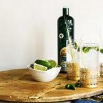 Lemongrass gin fizz with mint коктейль для лета красивая подача напиток рядом с бутылкой джина джин тоник свежая мята свежий лемонграсс лайм перец чили