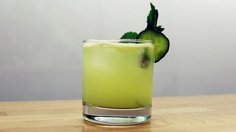 Mint cucumber prosecco sparkler летний коктейль мята огурец Prosecco игристое вино водка сахарный сироп лайм – вы не сможете допустить здесь ошибки! 90 мл Prosecco 150 мл водки 150 мл сока лайма 60 мл сахарного сиропа огурец мята