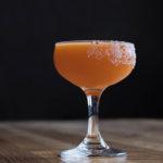 коктейль на основе мескаля Электрон красного рыжего цвета авторская подача