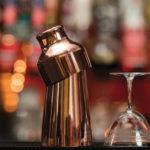 шейкер парьзьен рядом с бокалом на барной стойке гайд как пользоваться шейкером
