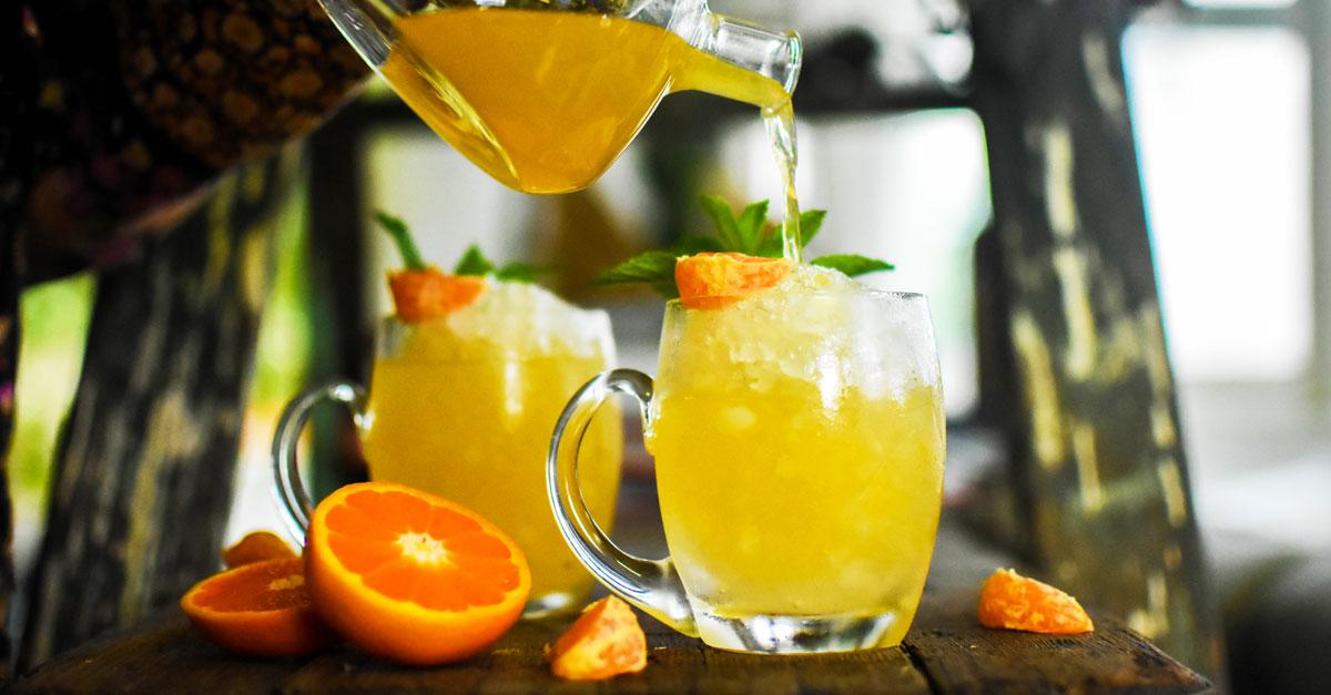коктейль в чайнике MANDARIN GIN PUNCH мандарин джин пунш сотейник апельсин кувшин графин лимонад доска стол