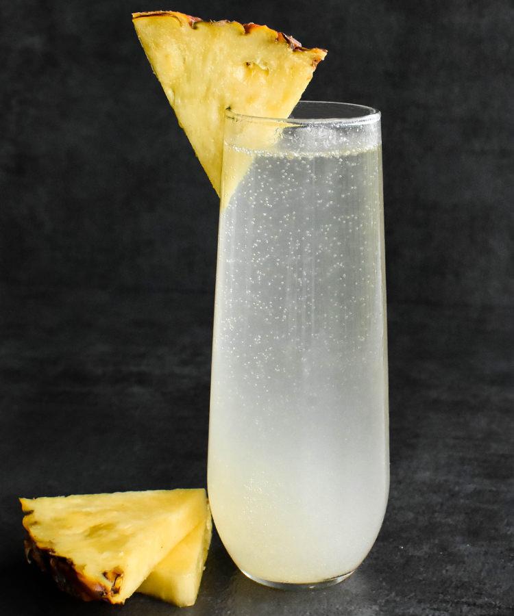 АНАНАСОВЫЙ FRENCH 75 French 75 Коктейль с игристым вином ананасом и шампанским