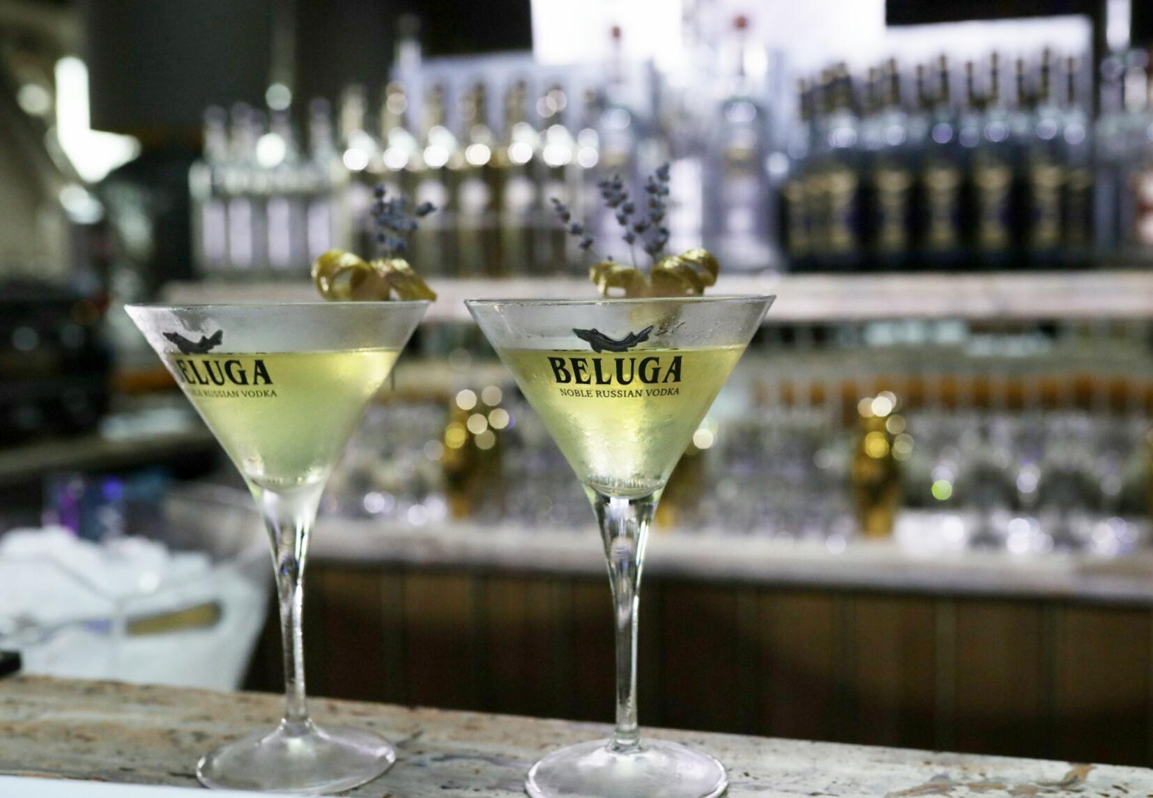 конкурсный коктейль Beluga's Golden Welcome с пряным ароматом из ноток чая, сухой травы и табака.