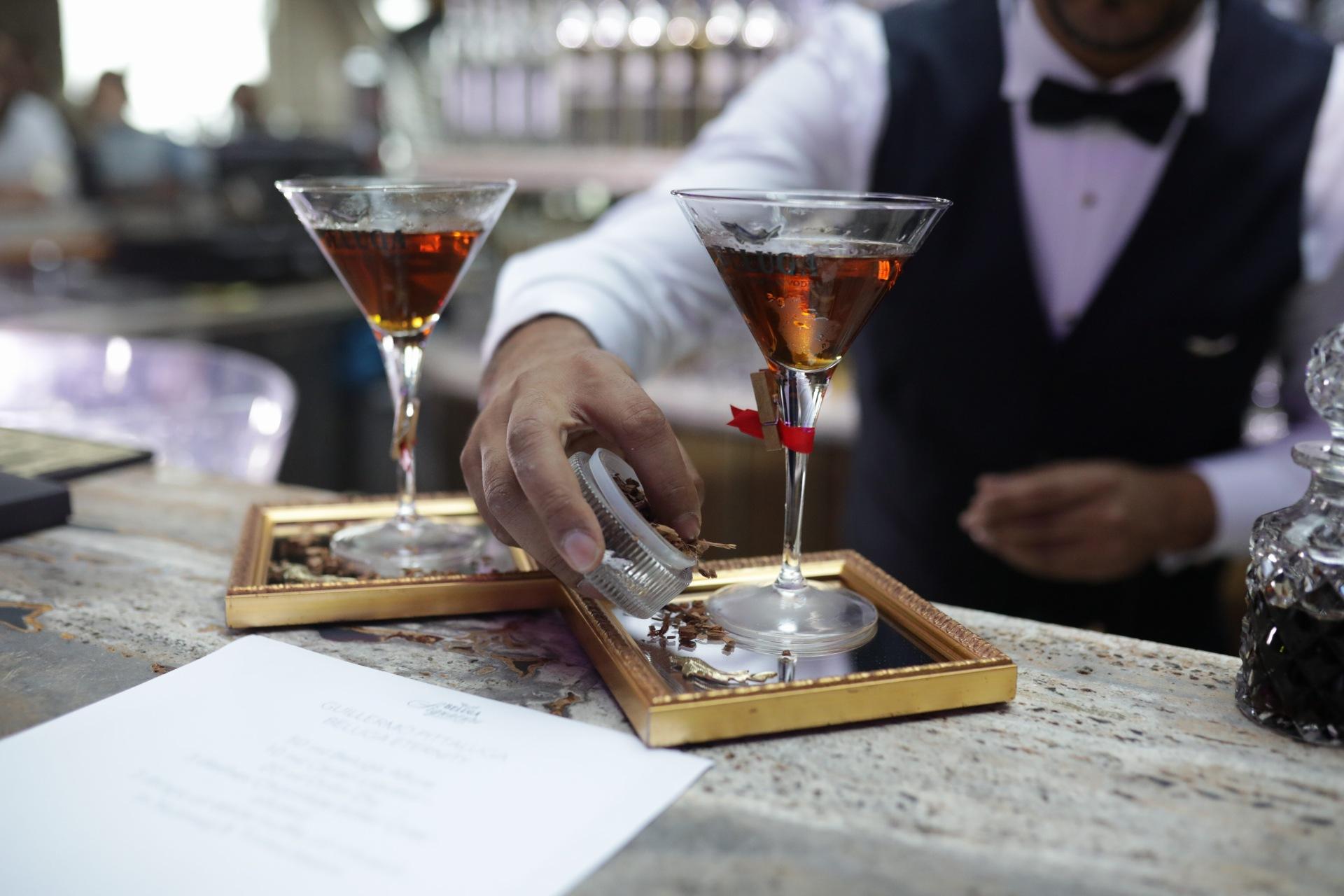 бартендер Guillermo Pittaluga из La Havane с коктейлем с древесным ароматом дуба со сладкими нотками ванили подсказал