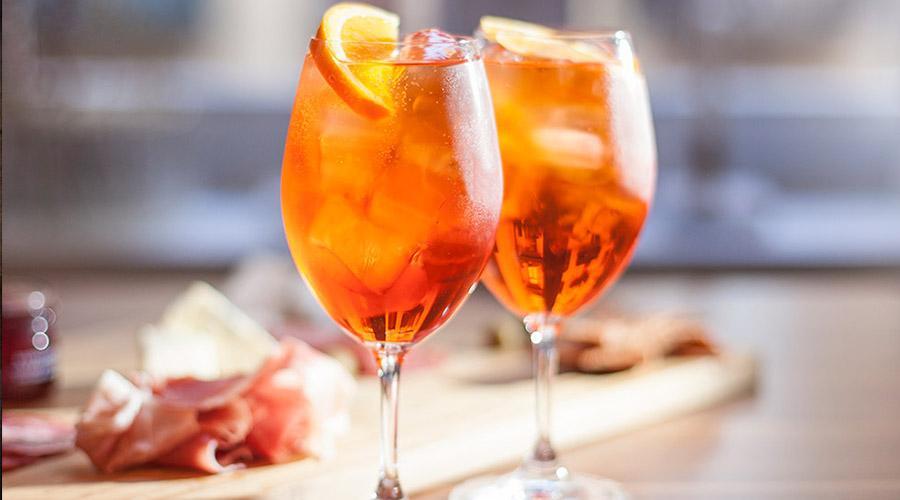 aperol spritz апероль спритц шпритц коктейль бокал винный с напитком оранжевого цвета и долькой апельсина