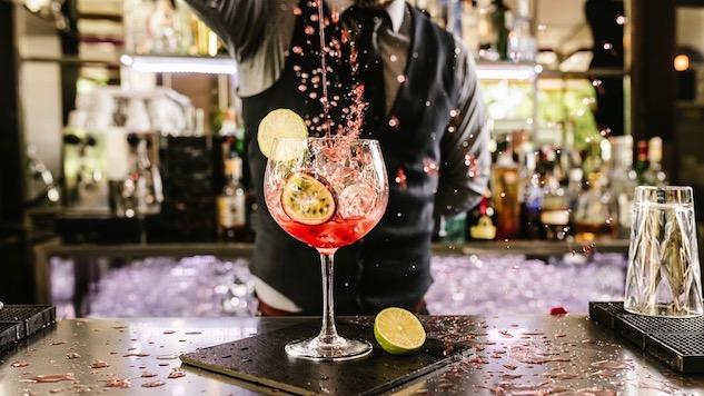 фроулинг коктейля высокий налив смешанного напитка после стирования большой баллон бокал с чипсами на барной стойке