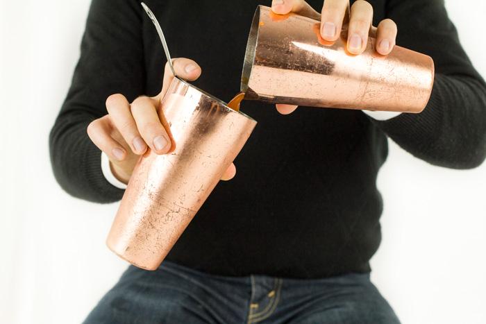 коктельйная техника фроулинг роллинг приготовление смешанных напитков с близкого ракурса переливание из шейкера в шейкер близко