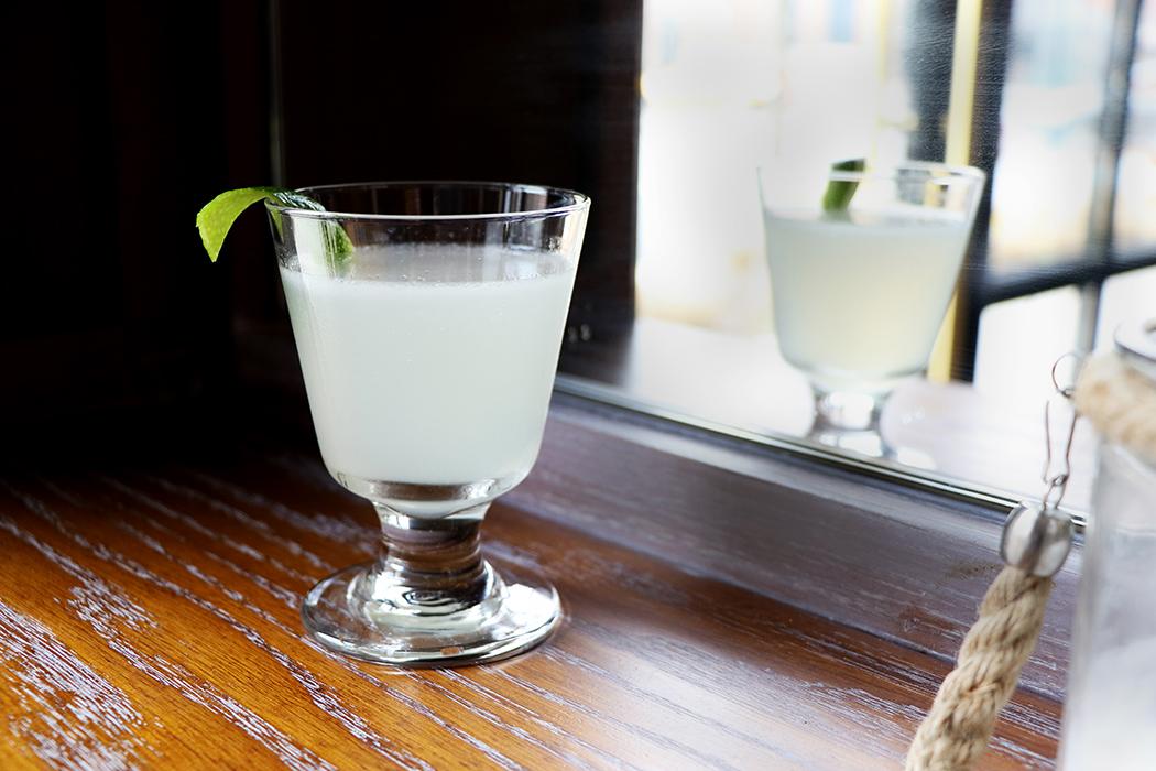 твист на коктейль дайкири смешанный напиток шампанское с сиропом отражается в зеркале