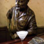 флоридита дайкири смешанный напиток на фоне бюста хемингуэя белый в коктейльной рюмке