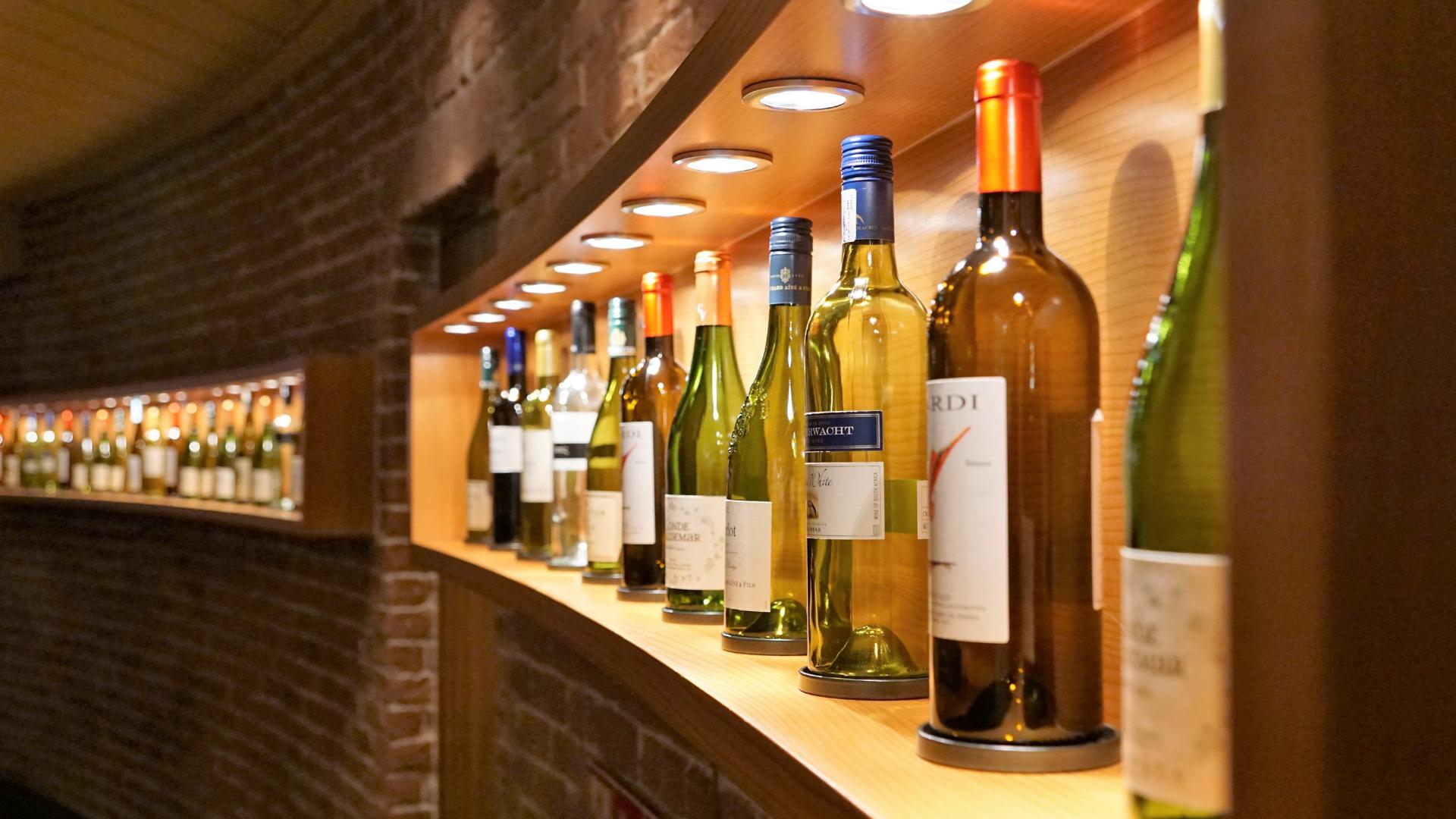 белые вина на полке