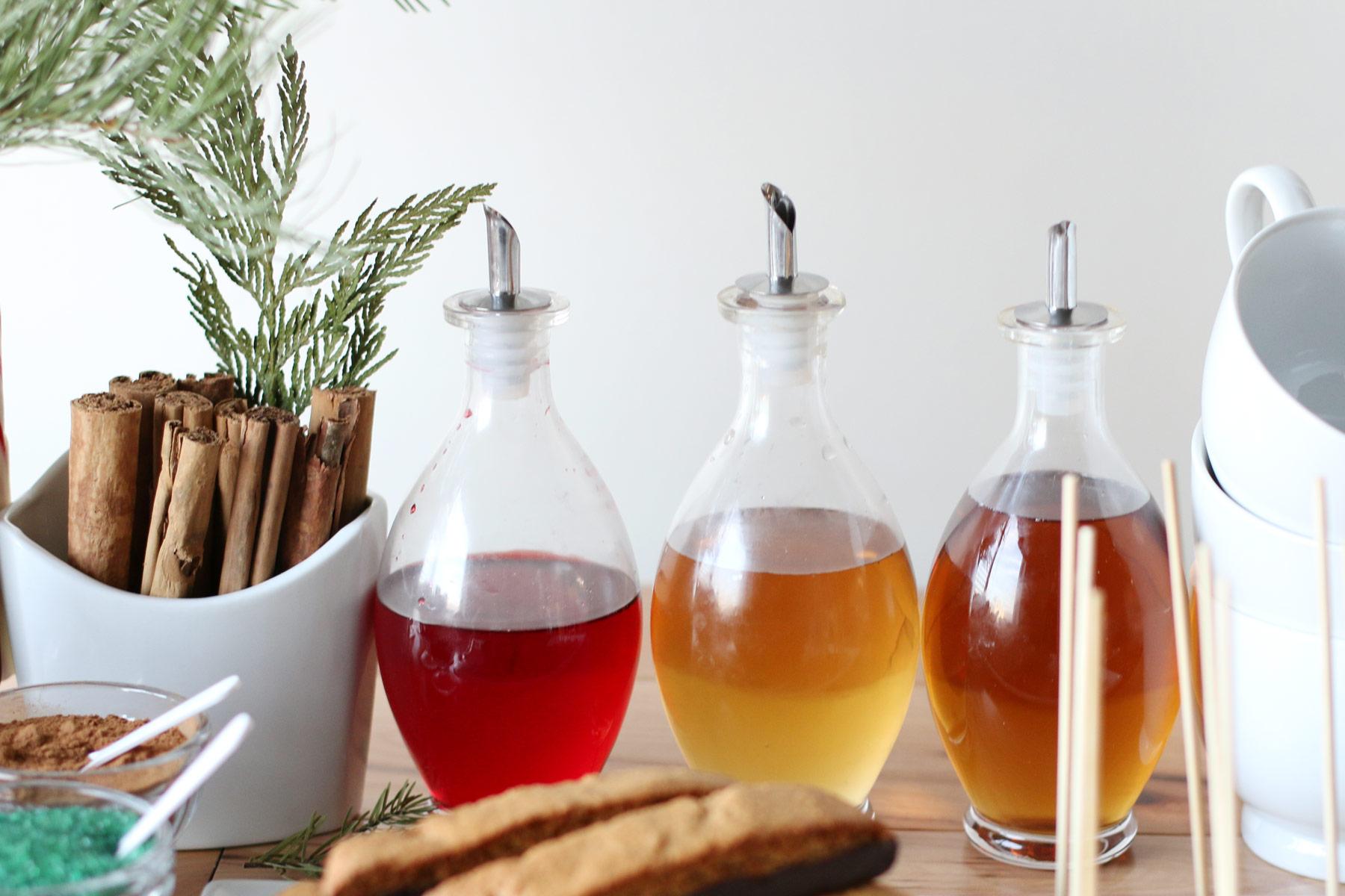 различные сиропы в бутылочках маслёнки корица