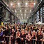 скопление народа артплей Питер Санкт-Петерубург толпа перед сценой выступление артистов крафтовое пиво множество фанатов