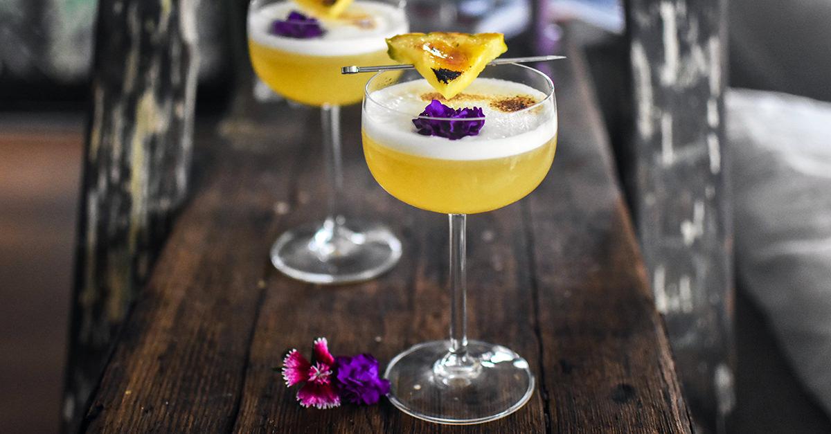 мятно ананасовый сауэр красивый коктейль с цветками цветами на барной стойке