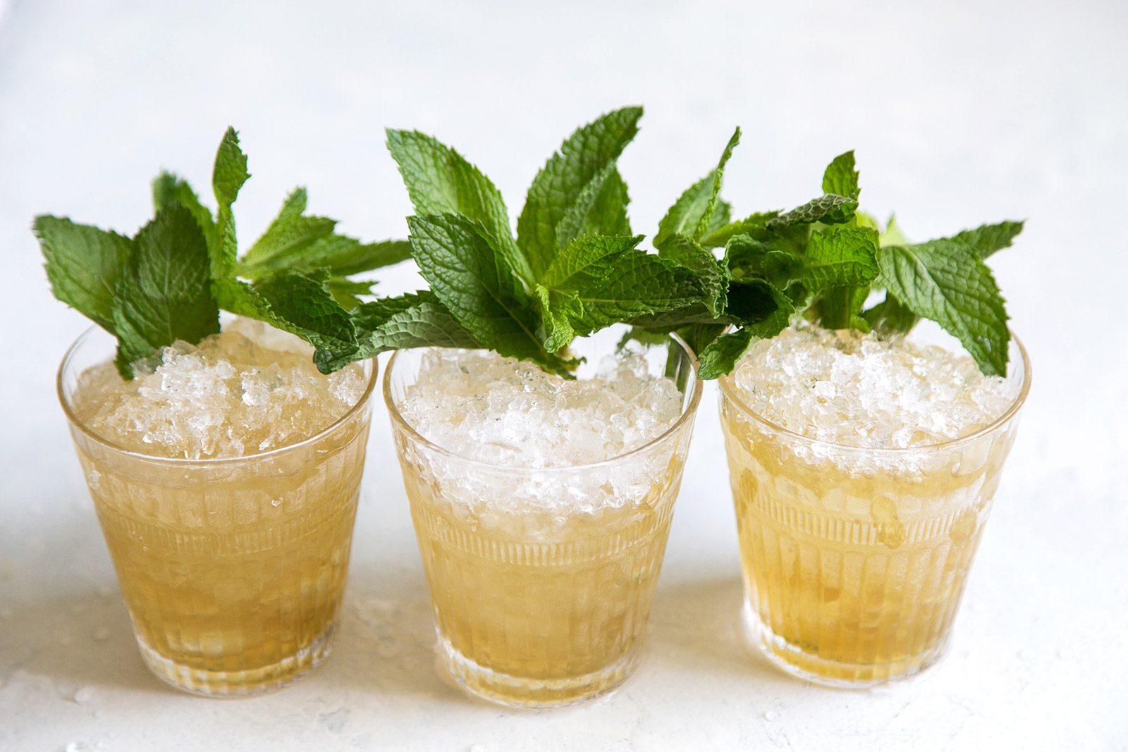 Три джулепа в стаканах олд-фэшн