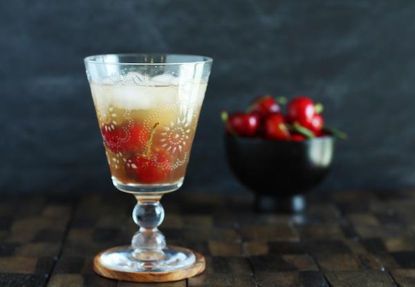 Коктейль с саке и вишней