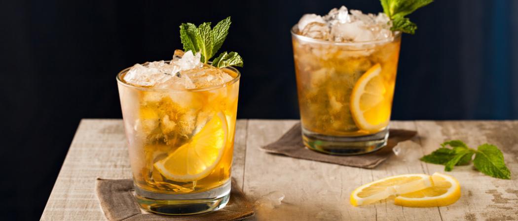Два смэша, украшенных лимоном и мятой