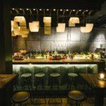 Berlin bar Берлин бар на патриарших прудах барная стойка вид спереди с лампами и стульями жёлто-зеленовотого тонов